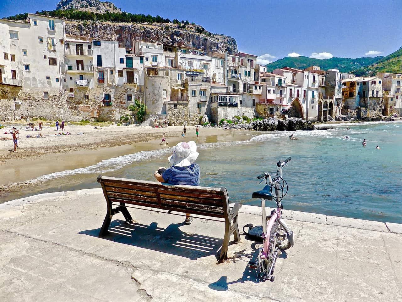 Paseo de Cefalu en la isla de Sicilia, Italia
