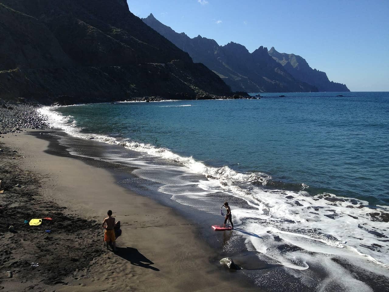 playa de arena en la isla de Tenerife, Canarias