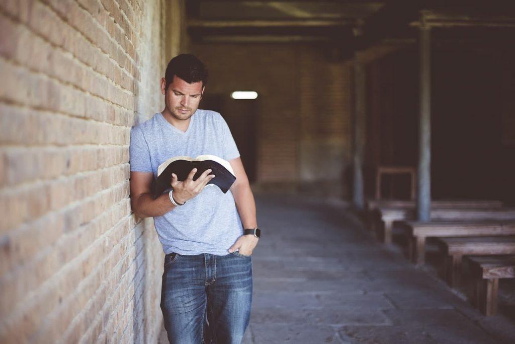 leyendo un libro bilingue